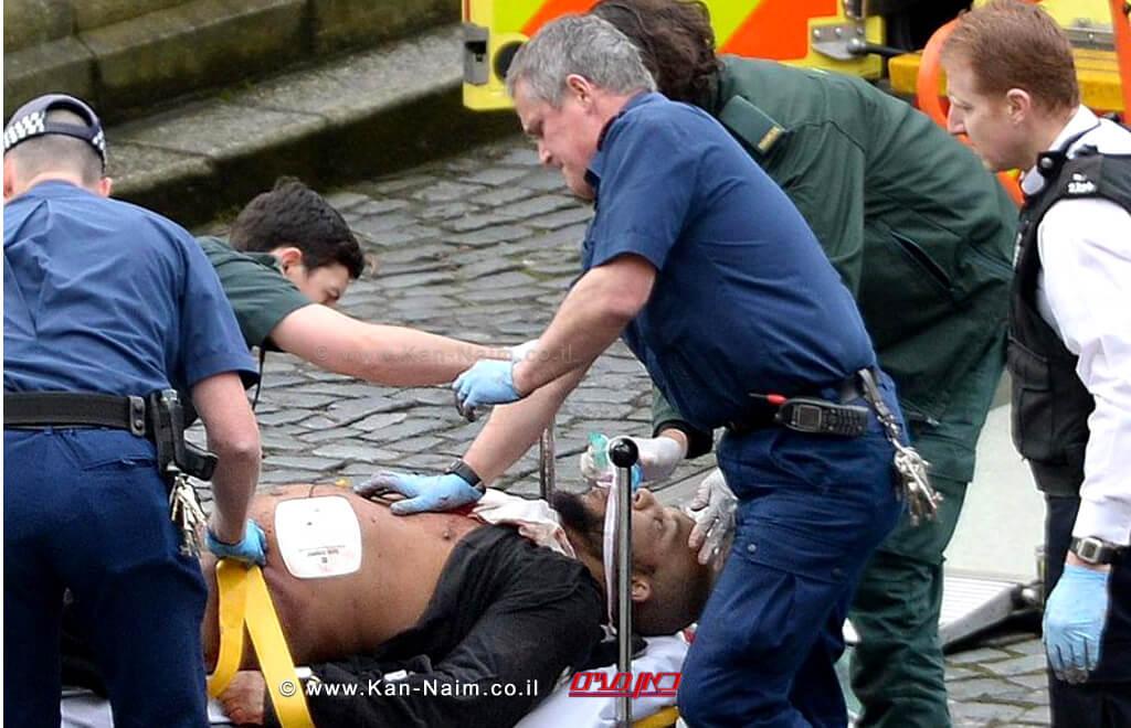 הטרוריסט חאלד מסעוד, שוכב על אלונקה לאחר שנורה בפיגוע שביצע מחוץ לפרלמנט הבריטיבלונדון