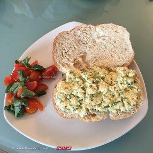 כריך סלט ביצים טבעוני עם סלט שרי ובזיליקום
