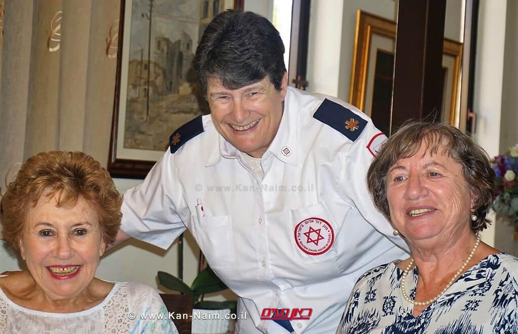 מימין: הגב' יפה קופלוביץ, הגב' סוזן אדל ממגן דוד אדום והגב' זהבה רוט במפגש איחוד המשפחות שאורגן על ידי היחידה לאיתור קרובים | צילום: מדא