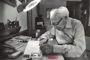 הסופר לוין קיפניס בעת עבודת הכתיבה בביתו   עיבוד צילום: שולי סונגו©