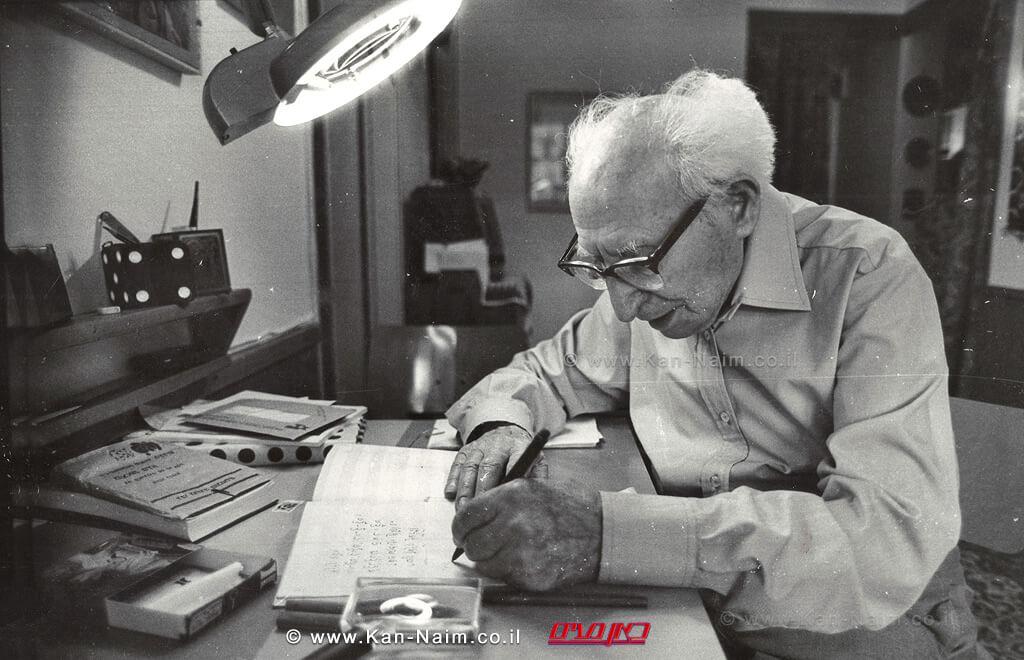 הסופר לוין קיפניס בעת עבודת הכתיבה בביתו | עיבוד צילום: שולי סונגו©