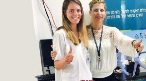 דר' מירב בן נתן ואחת מתלמידות שעברו את הבחינות בבית הספר האקדמי לסיעוד המרכז הרפואי הלל יפה | צילום: דוברות הלל יפה