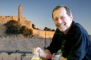 משה פייגלין, רקע: חומות ירושלים העתיקה משמאל:מגדל דוד| עיבוד צילום: שולי סונגו©