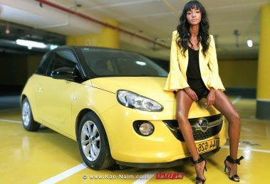 מלכת היופי של ישראל לשנת 2013 הדוגמניתייטאייש (טיטי) איינאו עםמכונית Opel Adamשלאופל ישראל