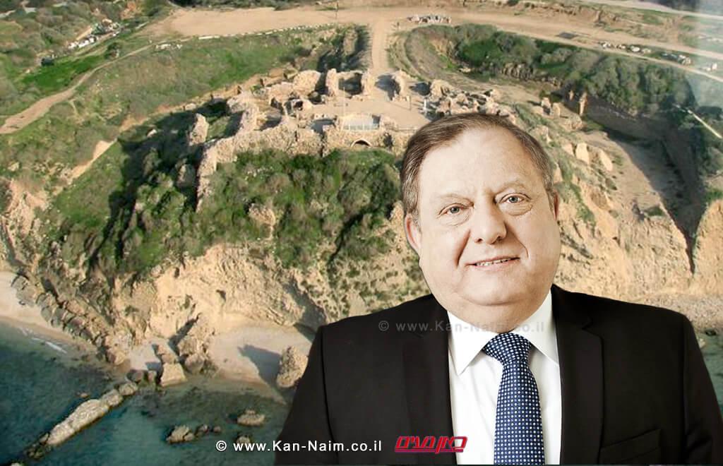 עורך דין יהושע דיאמנט | ברקע:חורבות המצודה הצלבניתאַפּוֹלוֹנְיָה-תֵּל אַרְשָׁף| צילום: מירב בן לולו | צילום: ויקיפדיה | עיבוד צילום: שולי סונגו ©