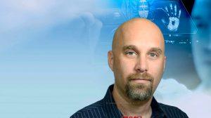 אופיר הורדן, סמנכל מחקר ופיתוח תוכנה ב-Comm-IT | צילום רקע: אתר החברה | עיבוד: שולי סונגו ©