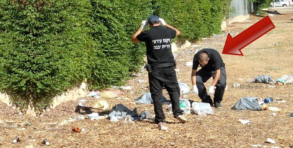 פקחי עיריית יבנה בודקים ביסודיות ממקור האשפה שהושלך על ידי התושבים | עיבוד צילום: שולי סונגו ©
