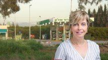 עורכת דין מיכל הלפרין, הממונה על הגבלים עסקיים ברקע תחנת דלק של חברת 'דור אלון' |צילום תחנת דלק, ויקיפדיה | עיבוד צילום: שולי סונגו ©