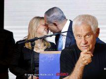 מר נתניהו נושק את רעייתו הגב' שרה בעת הכרזת ניצחונו בבחירות האחרונות | צילום: מסך| עיבוד צילום: שולי סונגו ©