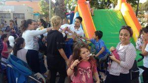 המשנה לראש העיר חדרה ר' בועז ביטון עם תושבי וילדי שכונת גבעת אולגה ב'הפנינג קיץ בשכונות'