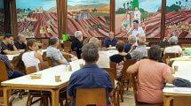 אסיפת חברי קיבוץ דגניה א', עומד המזכיר הכללי של התנועה הקיבוצית, מר ניר מאיר לצדו יושב ראש והמועצה האזורית עמק הירדן, מר עידן גרינבאום