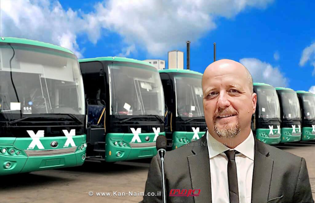 נציב שוויון זכויות לאנשים עם מוגבלות מר אברמי טורם | רקע אוטבוסים של חברת אגד | עיבוד צילום: שולי סונגו ©