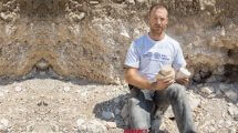 דר' יונתן אדלר באתר החפירה בו נחשפה מחצבה לייצור כלי אבן של יהודים מתקופת בית שני | צילום: רשות העתיקות