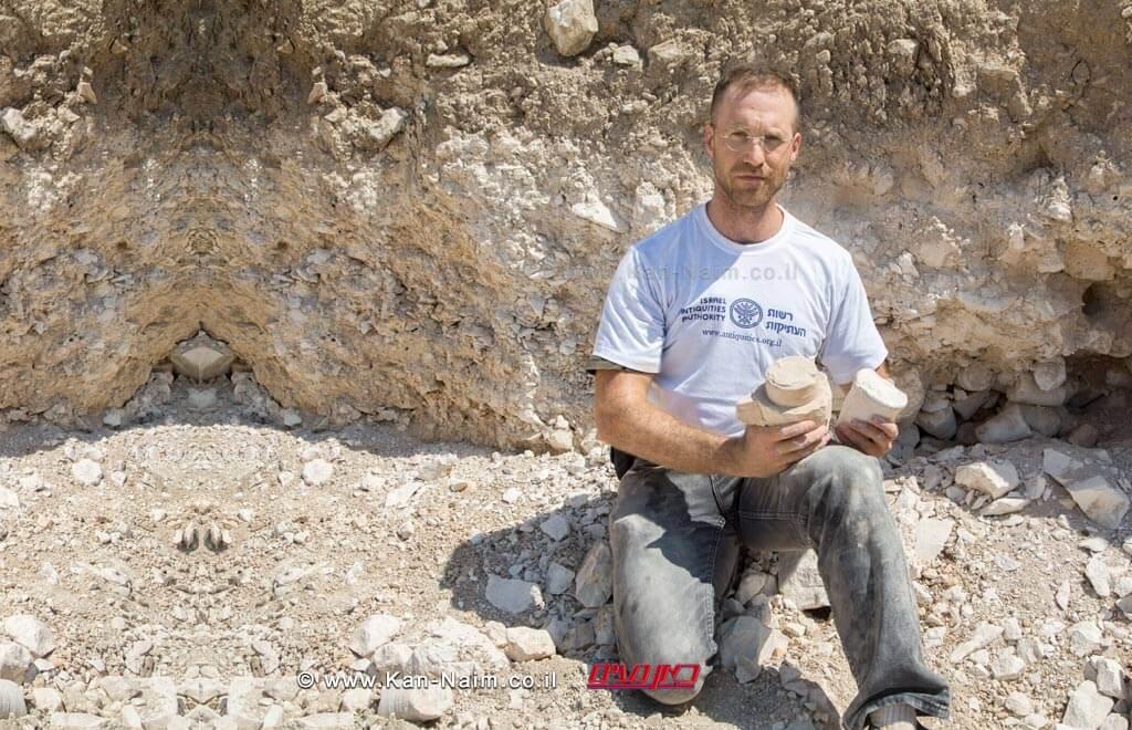 דר' יונתן אדלר באתר החפירה בו נחשפה מחצבה לייצור כלי אבן של יהודים מתקופת בית שני   צילום: רשות העתיקות