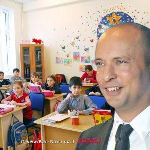 שר החינוך, מר נפתלי בנט ברקע: תלמידים בכיתה של בית ספר יסודי | עיבוד צילום: שולי סונגו ©