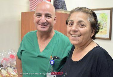 אורה דאדו הגננת מטבריה עםדוקטור ארז קכל, מנהל יחידת ניתוחי לב וחזה ב'מרכז הרפואי פדה-פוריה' לאחר הניתוח שהציל את חייה צילום: מיה צבן