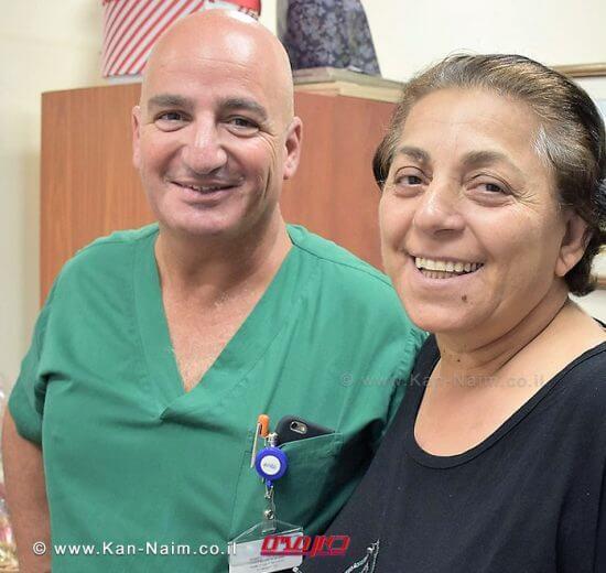 אורה דאדו הגננת מטבריה עםדוקטור ארז קכל, מנהל יחידת ניתוחי לב וחזה ב'מרכז הרפואי פדה-פוריה' לאחר הניתוח שהציל את חייה|צילום: מיה צבן