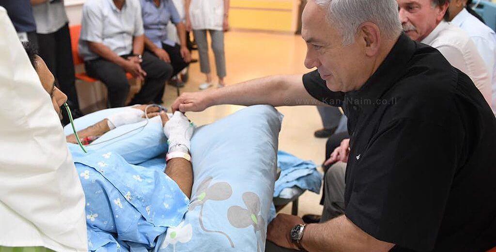 """ראש הממשלה בנימין נתניהו בביקור בבית החולים קפלן, אצל ניב נחמיה שנפצע בפיגוע ביבנה  צילום: קובי גדעון, לע""""מ"""