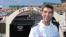 אלי בין מנכל מגן דוד אדום בישראל, ברקע: הכניסה לקברו של רבי נחמן מברסלב באוקראינה | צילום: ויקיפדיה | עיבוד צילום: שולי סונגו ©