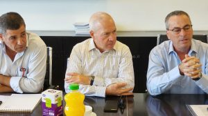 מימין: נשיא התאחדות בוני הארץ, מר רוני בריק, שר השיכון יואב גלנט,מנכל ההתאחדותעורך דין אליאב בן שמעון | צילום: דוברות התאחדות בוני הארץ
