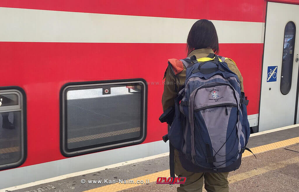 חיילי צהל לעלות על כלל כלי התחבורה הציבורית באמצעות פנקס החוגר   חיילת עולה לרכבת   צילום דוץ