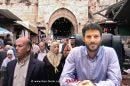 חבר כנסת בצלאל סְמוֹטְרִיץ' ברקע: פלסטנים בעיר העתיקה ירושלים   עיבוד צילום: שולי סונגו ©