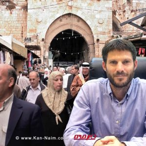 חבר כנסת בצלאל סְמוֹטְרִיץ' ברקע: פלסטנים בעיר העתיקה ירושלים | עיבוד צילום: שולי סונגו ©