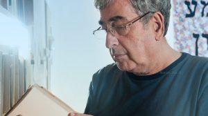 הסופר חיים באר, מציין20 שנה לספר 'חבלים'בבית אריאלה עם הסופר עמוס עוז | צילום: דני מכליס