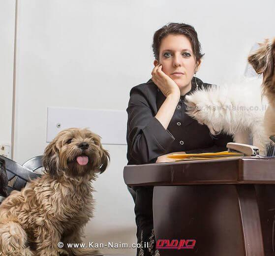 עורכת דין סיון זבולון-נוה, המוכרת ועוסקת ב-זכויות בעלי חיים עם חבריה |צילום: רמי זרנגר | עיבוד צילום: שולי סונגו ©