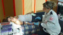 התרמת דם במרכז קניות בעיר רמת גן (2009)צילום: ויקיפדיה | עיבוד צילום: שולי סונגו ©