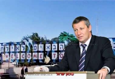 סטס מסז'ניקוב, שר התיירות לשעבר, ברקע פסטיבל הסטודנטים באילת   עיבוד צילום: שולי סונגו ©