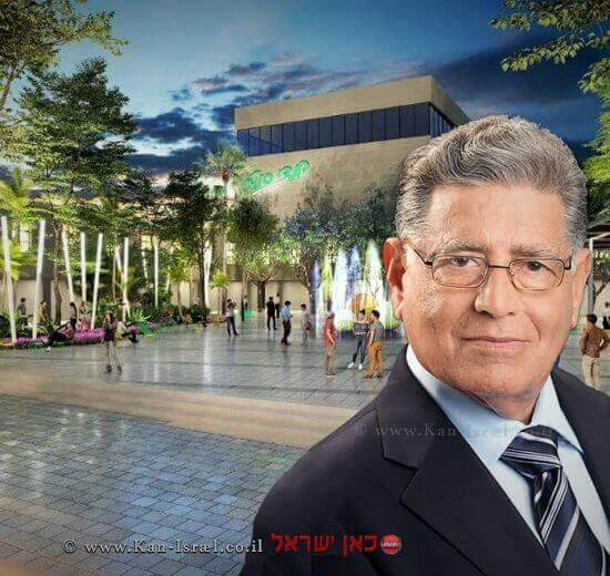 ראש העיר יבנה מר צבי גוב-ארי ברקע הדמיה לשינוי המרכז המסחרי ב'שדרות דואני' | עיבוד צילום: שולי סונגו ©