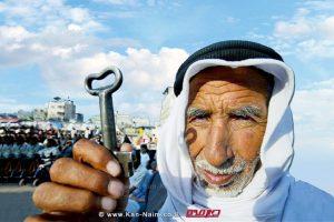 פלסטיני מבוגר מציג מפתח כסמל התומך ב'זכות השיבה' של אלה שעזבו בתיהם ב-1948 | עיבוד צילום: שולי סונגו ©