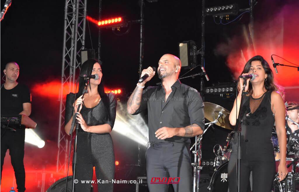 הזמר אייל גולן באירוע הפתיחה של פסטיבל עכו | עיבוד צילום: שולי סונגו ©