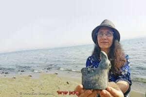 טל פסטמן עם כלי החרס דמוי העוף (אולי תרנגול) שנמצא בחוף הכנרת |צילומים: יואב צור, רשות העתיקות