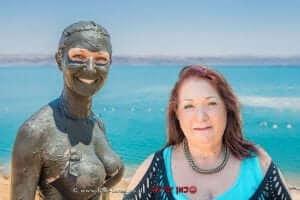 יונה מנטקה קציר, מנכלית אגודת הפסוריאזיס הישראלית ברקע צעירה בטיפול בבוץ בים המלח | עיבוד צילום: שולי סונגו ©