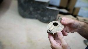 נר שלם מהתקופה העבאסית שנמצא בבור האשפה בעיר דוד ועליו עיטור אשכולות גפן וציפורים