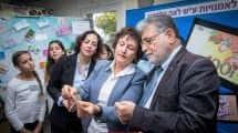 הנגידה דר' קרנית פלוג, עם ראש העיר יבנה צבי גוב-ארי ורונית הראל מנהלת בית הספרלאמנויות על שם לאה גולדברג בעיר ושטרות הכסף החדשים