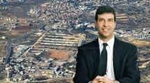 כב' השופט רפאל כרמל, בית המשפט המחוזי בירושלים | רקע: צילום אווירי של משרדי המנהל האזרחי בבית אל |עיבוד צילום: שולי סונגו ©