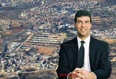 כב' השופט רפאל כרמל, בית המשפט המחוזי בירושלים   רקע: צילום אווירי של משרדי המנהל האזרחי בבית אל  עיבוד צילום: שולי סונגו ©