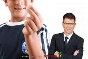 עורך דין דוד פייל המתמחה ב-רשלנות רפואית ונזקי גוף | רקע אילוסטרציה: ילד עם שן שבורה | עיבוד צילום: שולי סונגו ©