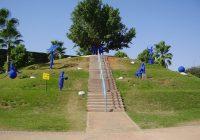 גבעת העץ הבודד בפארק רייספלד. הפסלים הם של הפסלת עפרה צימבליסטה