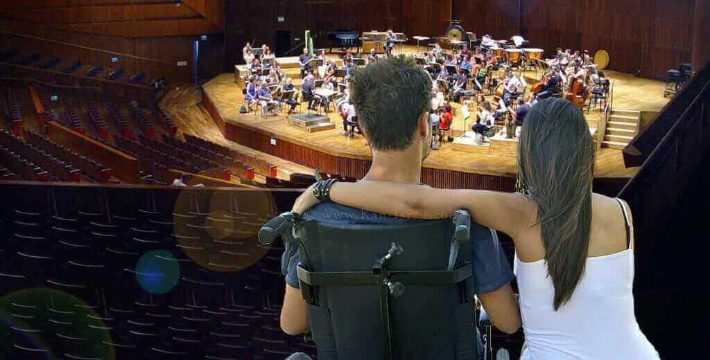 גבר בכיסא גלגלים וחברתו במופע | היכל התרבות, צילום: ויקיפדיה, הדמייה | עיבוד: שולי סונגו©
