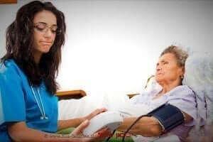 בדיקת לַחַץ דָּם בידי רופאה | עיבוד: שולי סונגו ©