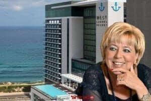 ראש עיריית נתניה הגב' מרים פיירברג-איכר על רקע: בית מלון ווסט לגון |עיבוד: שולי סונגו ©