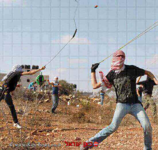 נערים משליכים אבנים לעבר חיילי צהל   צילום: אל ג'אזירה  עיבוד: שולי סונגו©