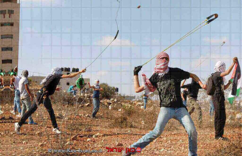נערים משליכים אבנים לעבר חיילי צהל | צילום: אל ג'אזירה| עיבוד: שולי סונגו©