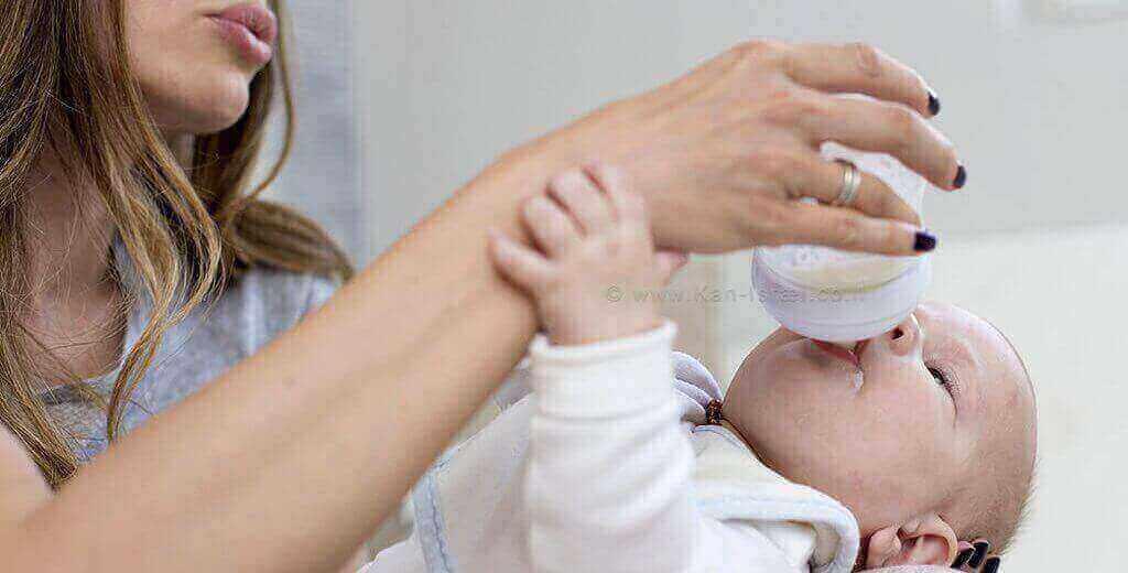 תינוק שותה תחליף חלב אם   עיבוד: שולי סונגו ©