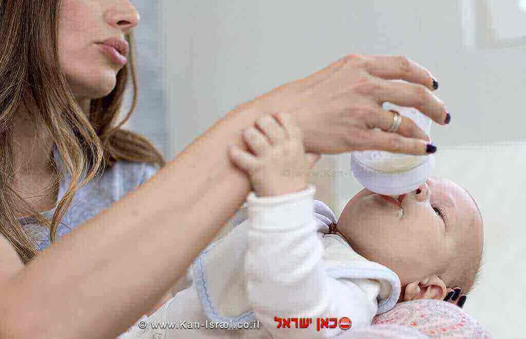 תינוק שותה תחליף חלב אם | עיבוד: שולי סונגו ©