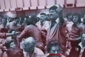 """""""פנתר שחור"""" מפריע בישיבת הקונגרס העולמי של יוצאי צפון אפריקה, תל-אביב, בשנת 1975   צילום: יעקב סער, לשכת העיתונות הממשלתית"""